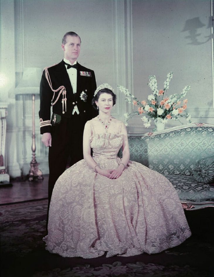 תמונות מחייו של הנסיך פיליפ: הנסיך פיליפ והמלכה לבושים לאירוע, 1950