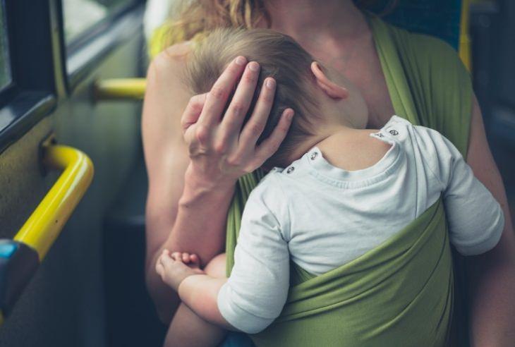 בדיחה על אישה שניסתה להניק באוטובוס: אישה עם תינוק באוטובוס