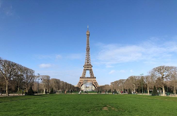 אתרים מפורסמים עם כפיל: מגדל האייפל בפריז, והחיקוי הסיני שלו