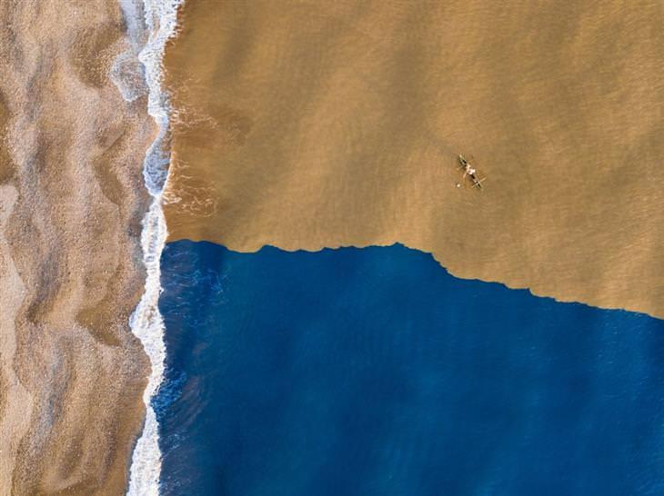 תמונות מדהימות מרחפן: המקום שבו נהר בוצי נפגש עם האוקיינוס