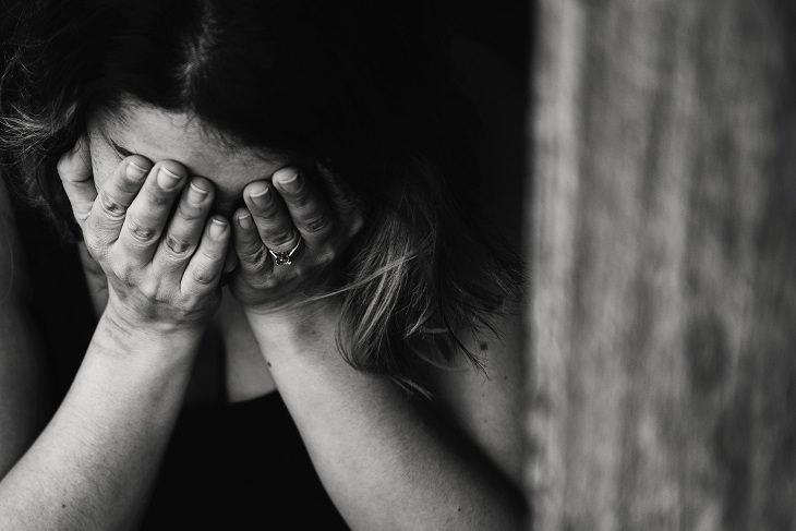 גזלייטינג: אישה מכסה את פניה