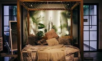 מבחן פתרון בעיות בחיים: חדר עם מיטה יפה ומוארת מעץ