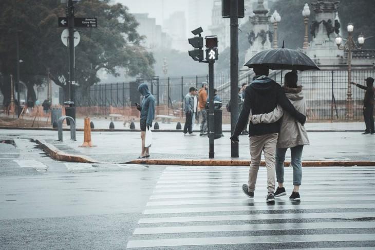 מאפיינים של זוגיות טובה: זוג הולך מתחת למטרייה בגשם