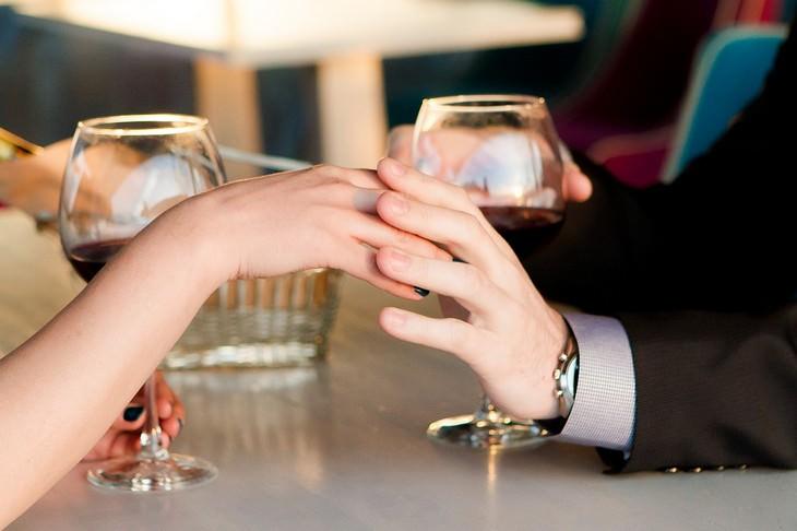 מאפיינים של זוגיות טובה: החזקת ידיים וכוסות יין