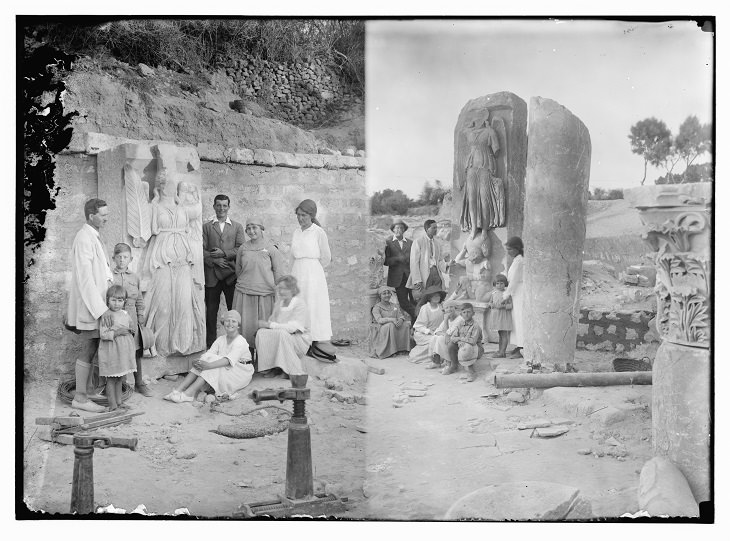 תמונות היסטוריות של ערים בארץ: תיירים אמריקאים בשרידי העיר העתיקה באשקלון
