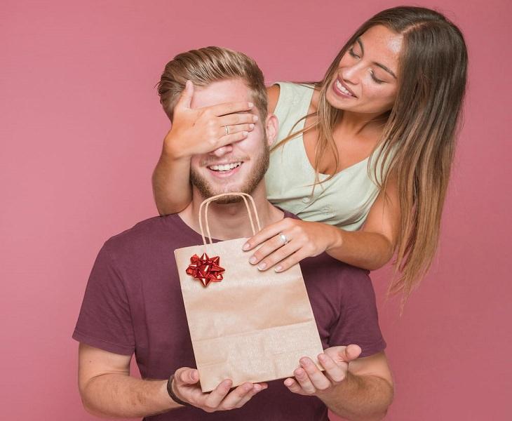 תנות לגבר: אישה מעניקה לגבר מתנה