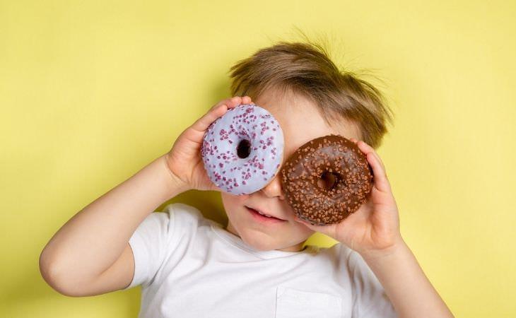 טעויות של הורים: ילד עם סופגניות על העיניים