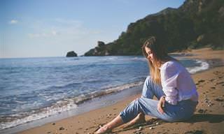 אוסף כתבות התמודדות עם מצבים: אישה יושבת על חוף הים