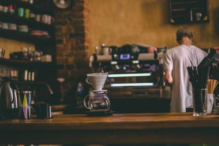 בדיחה על נהג משאית בבית קפה: קנקן קפה ריק על דלפק של בית קפה
