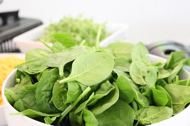 עלים ירוקים לחיזוק השרירים: קערה מלאה בעלי תרד