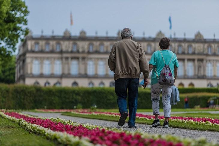 טיפים לריענון זוגיות משעממת: זוג מטייל בחצר ארמון
