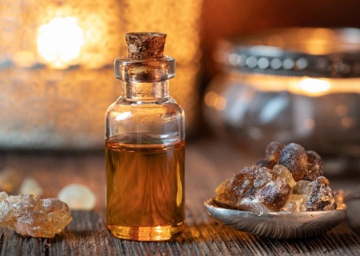 יתרונות הלבונה: בקבוק שמן לבונה לצד גרגירי לבונה