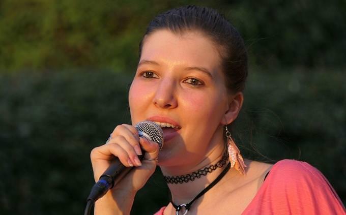 חידון שירים: בחורה שרה