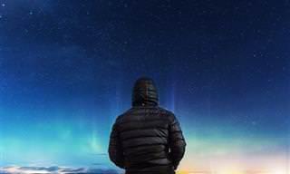 אוסף כתבות אסטרולוגיה: אדם עומד מול שמי לילה מוארים