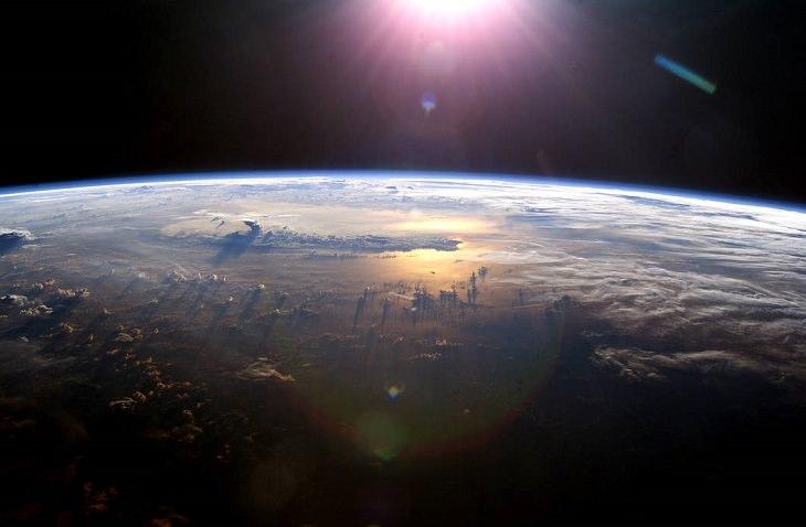 """תמונות של נאס""""א: שמש מאירה את כדור הארץ באזור האוקיינוס השקט"""