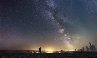 אוסף כתבות אסטרולוגיה: אדם עומד ומביט בשמיים זרועי כוכבים