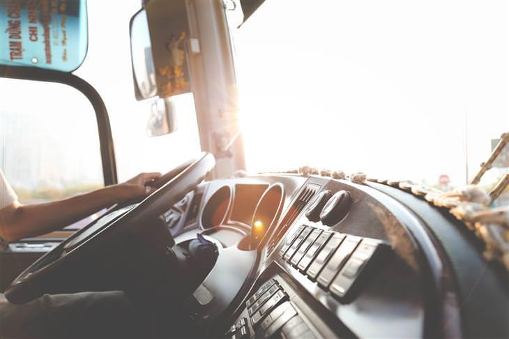 שירות הסעות: תא נהג באוטובוס