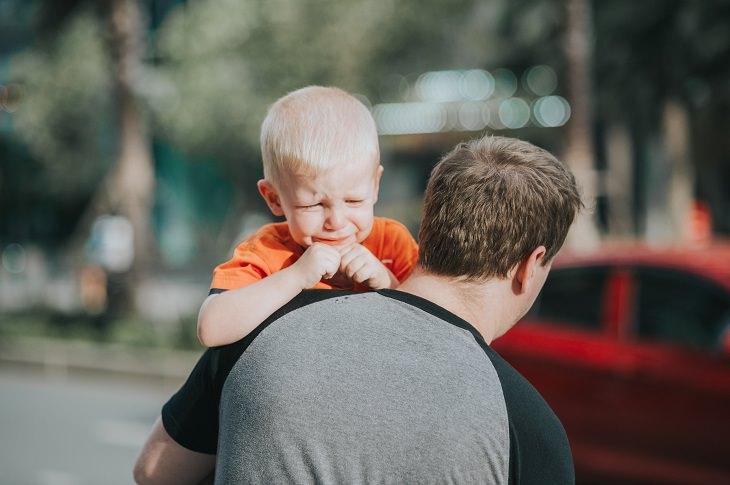 הורות רעילה: אבא סוחב על הגב ילד בוכה