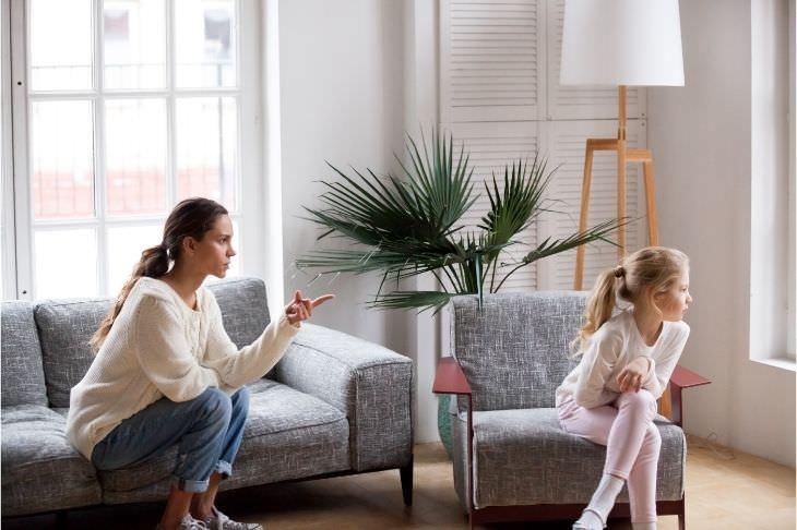 הורות רעילה: אימא נוזפת בבת שמפנה את מבטה הצידה