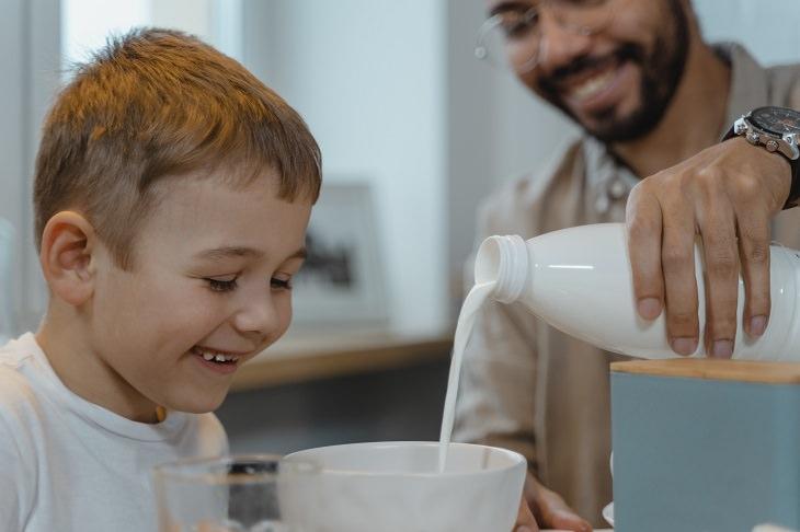 יתרונות בריאותיים של חלב עיזים: אב מוזג לבנו חלב