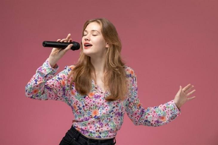 פיתוח קול: אישה שרה
