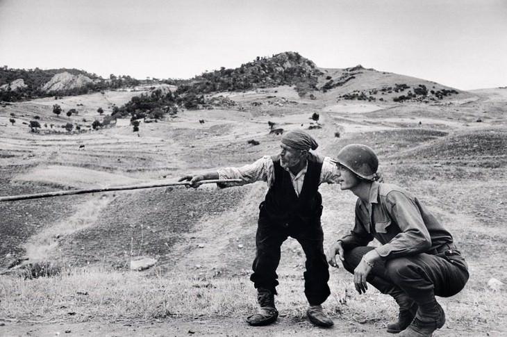 תמונות היסטוריות: חקלאי איטלקי בסיציליה מכוון קצין אמריקאי לכוחות הצבא הגרמני - 1943