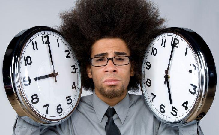 מחקר על שעות עבודה וסיכון למוות: ראש של איש בין שני שעונים