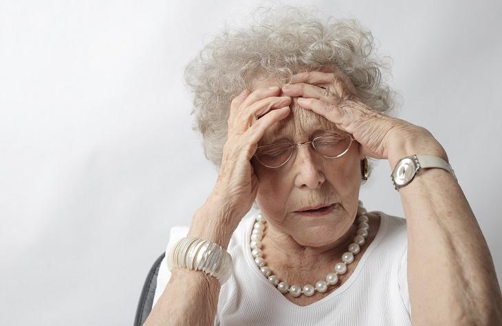 אכילה רגשית: אישה מבוגרת שמה את ידיה על הפנים מדאגה