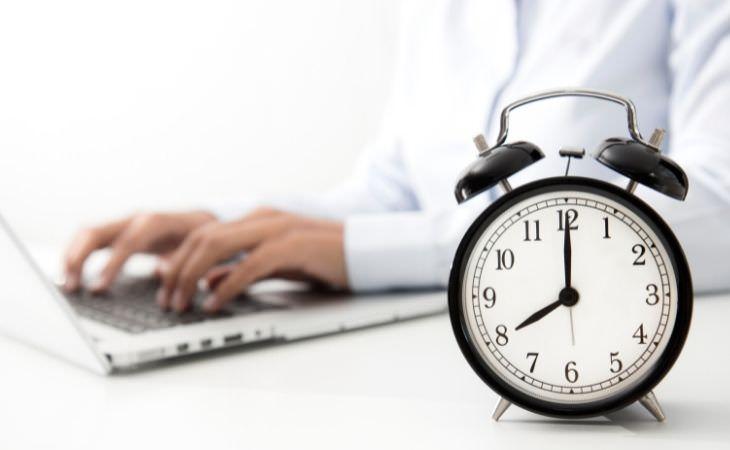 מחקר על שעות עבודה וסיכון למוות: ידיים מקלידות ומולן שעון