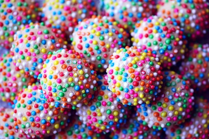 אכילה רגשית: כדורי שוקולד עם סוכריות צבעוניות