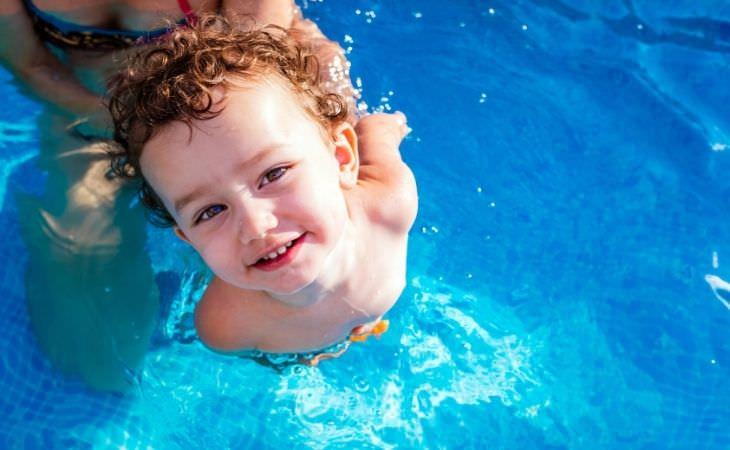 בטיחות בבריכה: ילד קטן בבריכה