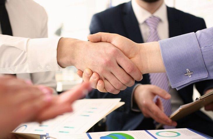 יתרונות עבודה עם מתווך נדל``ן: לחיצת יד בפגישת עסקים
