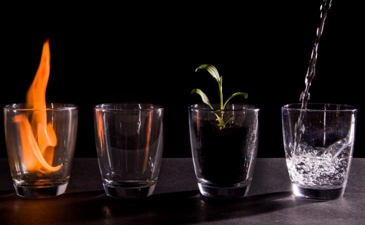 איך לישון טוב יותר לפי האיור ודה: כוסות עם אש, מים, אדמה ואוויר