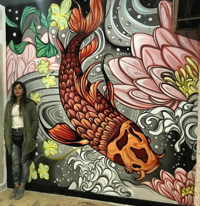 ציורי קיר בגודל מלא של אומנית ארגנטינאית: פיו סילבה ליד ציור קיר של דג במים