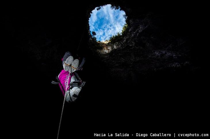 תמונות מתחרות צילום טיפוס הרים: אדם מטפס בחבל אל היציאה מפיר הר