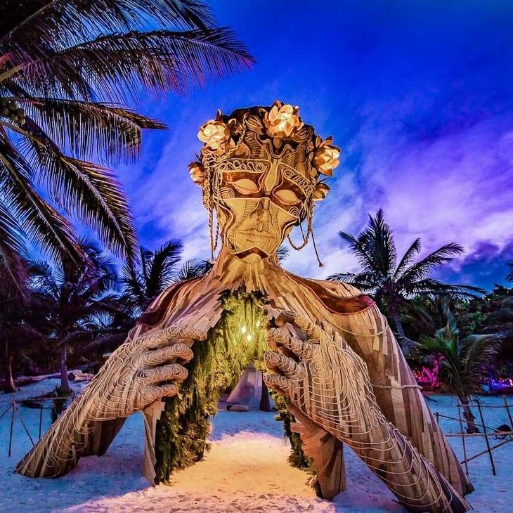 פסלים ענקיים של דניאל פופר