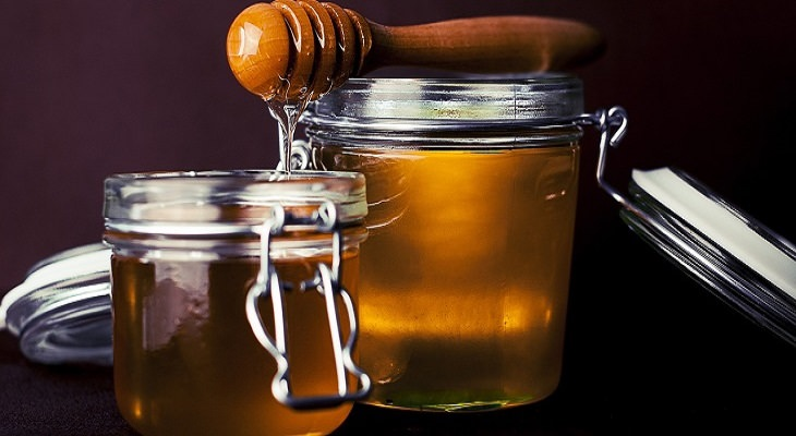 טיפולים טבעיים לאקזמה: דבש בצנצנות