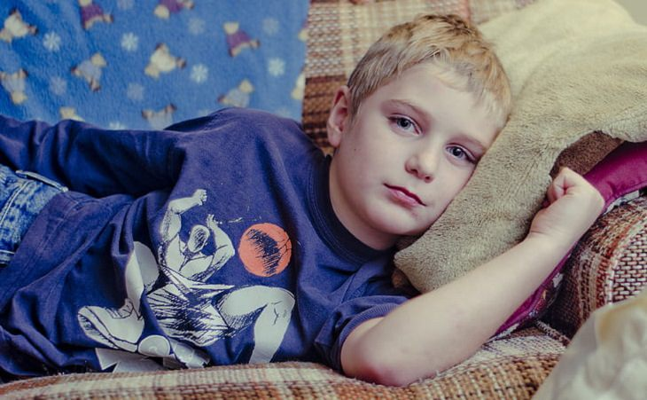 בעיות ויסות רגשי בקרב ילדים: ילד אדיש שוכב על ספה