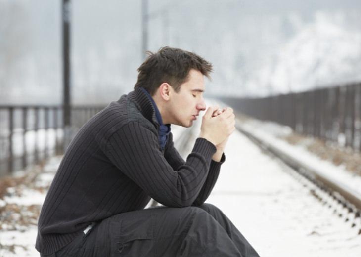 למה אתם צריכים להציב את עצמכם בראש סדר העדיפויות שלכם: איש יושב עצוב