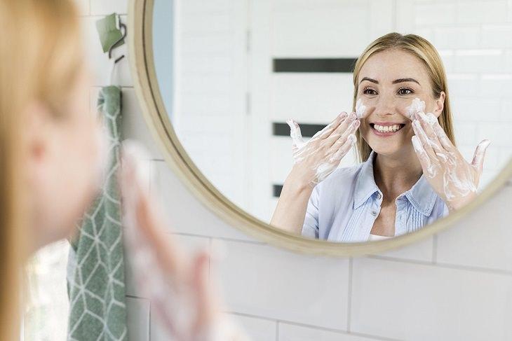 טיפים לשמירה על עור הפנים: אישה מול מראה