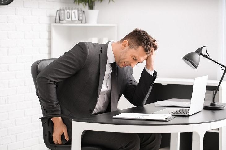 טיפול בטחורים: גבר סובל מכאב