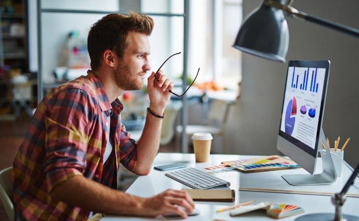 איך להפוך את החיים לפחות מסובכים: איש מול מחשב