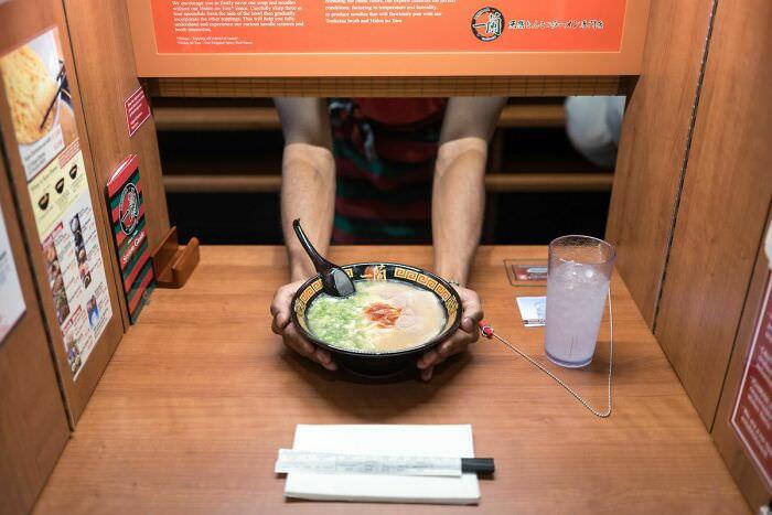 דברים שאפשר לראות רק ביפן: הגשת אוכל לשולחן במסעדה דרך חלון קטן