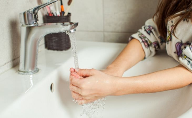 גרמופוביה אצל ילדים: ילדה שוטפת ידיים