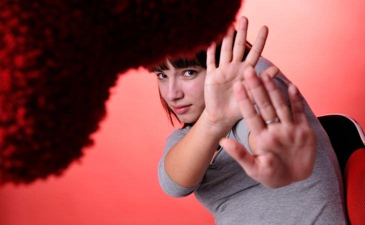 גרמופוביה אצל ילדים: אישה מרימה ידיים אל מול נגיף