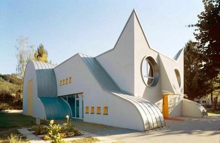 """אדריכלות מוזרה, מדהימה ומצחיקה: גן ילדים """"חתולי"""" בגרמניה"""