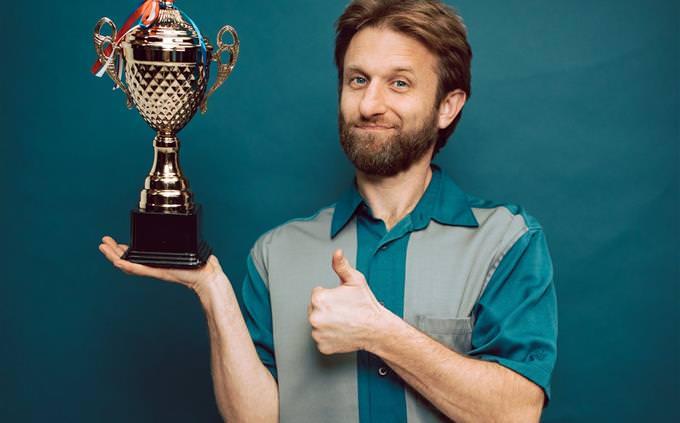 מבחן ידע כללי: גבר מחזיק גביע