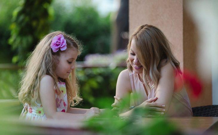 שאלות לשיחה עם ילדים: ילדה מדברת עם אימא