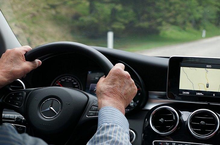 חיזוק המוח לנהיגה בטוחה: גבר מבוגר נוהג