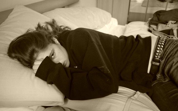למה ואיך לעזור לילדים לישון טוב יותר: מתבגרת מדוכאת